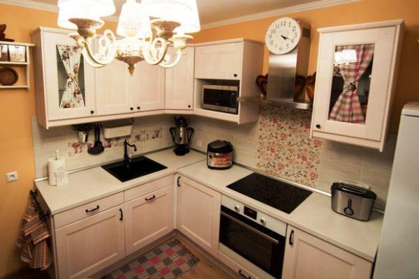 Светлый кремовый оттенок придаст объема малогабаритной кухне