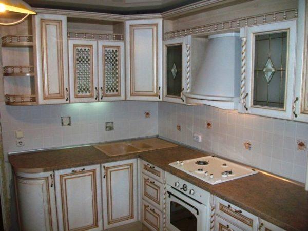 Главным условием при подборе атрибутов для маленькой кухни остается правильный подбор цветовой гаммы