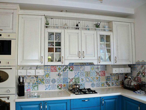Классическое бело-голубое сочетание французского стиля прованс в дизайне малогабаритной кухни