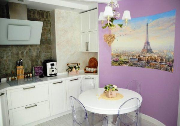Очень романтично и по французски смотрится белый цвет в сочетании с лавандовым