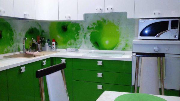 3-Д отделка фартука визуально увеличит объем тесной кухни