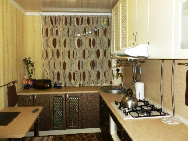 В дизайне такой тесной кухни лучше использовать светлые оттенки