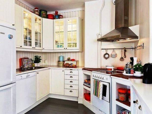 При подборе мебели руководствоваться нужно теми же советами, что и для обычных кухонь, главное – соответствие стилей