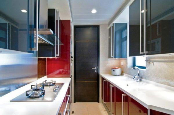Фото дизайна узкой кухни с двухрядной планировко