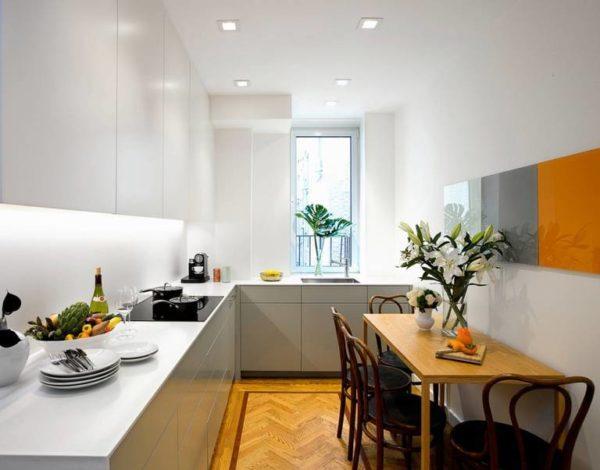 Грамотное освещение поможет зрительно увеличить пространство тесной кухни