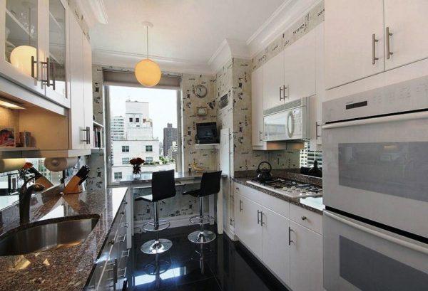 Интересное решение в дизайне интерьера узкой кухни - расположение обеденной зоны у окна