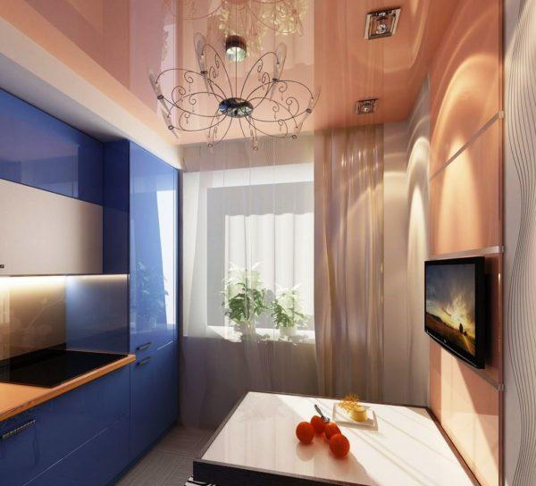 Отражающая поверхность потолка увеличит пространство узкой кухни