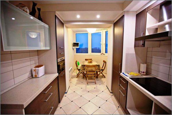 В двухрядной планировке мебель устанавливается вдоль с двух противоположных стен и обеспечивает хорошую связь в пределах помещения