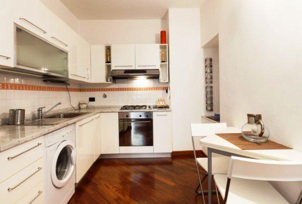 Даже малогабаритная узкая кухня выполненная в светлых тонах будет выглядеть больше и объемнее