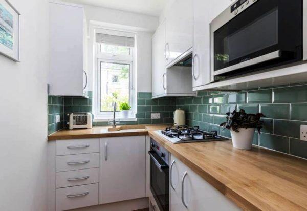 Г-образный вариант планировки чаще используется, когда дверь в кухню установлена не по центру