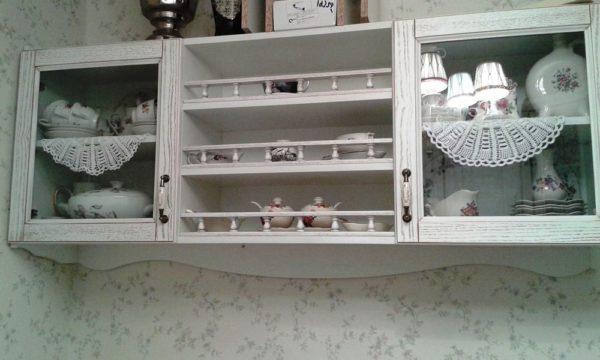 Прозрачные шкафчики отлично впишутся в простой дизайн вашей малогабаритной кухни