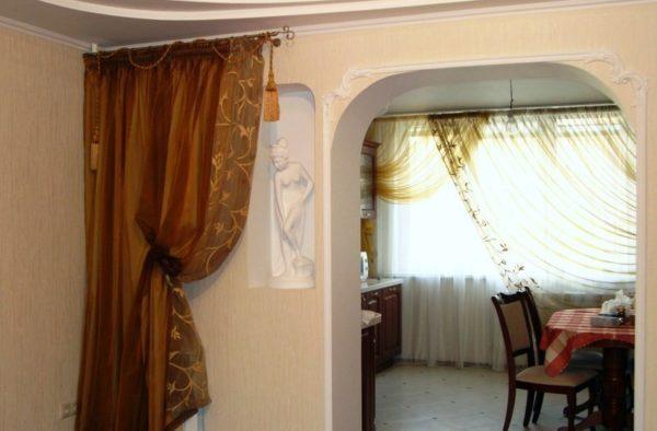 Интересный и простой вариант в дизайне небольшой кухни - шторы вместо двери