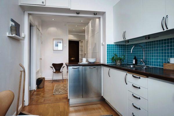 Откажитесь от двери вообще, а чтобы жар и дым не распространялись по всей квартире, чаще открывайте окно и позаботьтесь о вытяжке, на крошечных кухнях она просто необходима