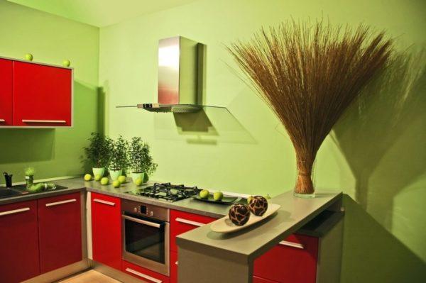 Светло-салатовый цвет стен сделает тесную кухню объемнее