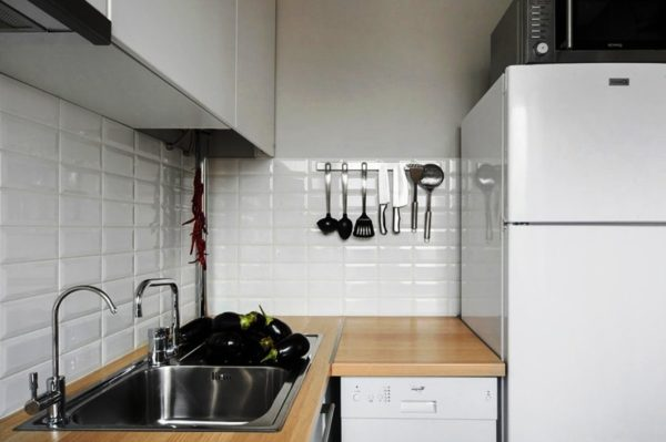 Белый цвет в дизайне малогабаритной кухни отражает свет и делает ее более просторной
