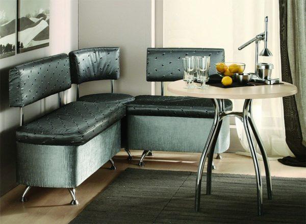 Каркас дивана должен быть водостойким, а грязь и жирные пятна должны легко стираться с обивки
