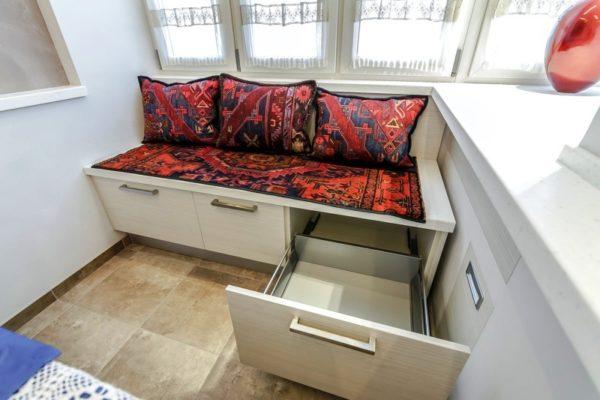 Выдвижные ящики в диване могут вместить в себя большое количество кухонных принадлежностей