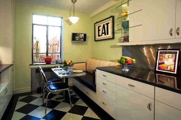 На этом фото диван является продолжением кухонного гарнитура