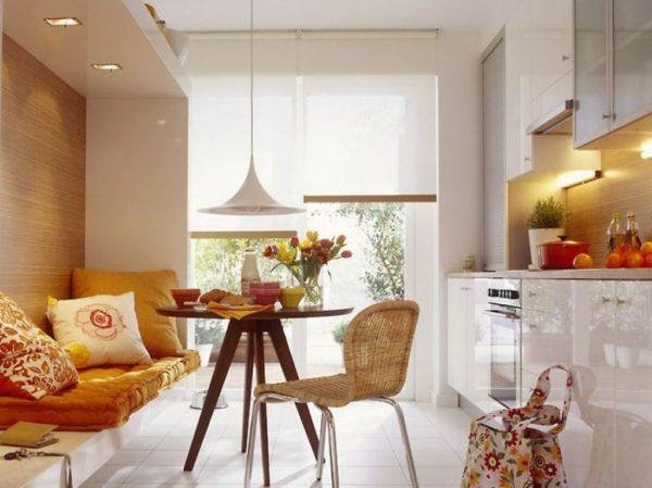 Диван в интерьере маленькой кухне может стать частью зоны отдыха