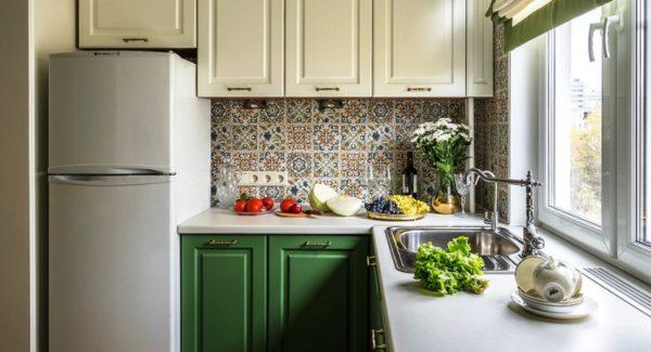 Фото дизайна малогабаритной кухни 5м кв. с мойкой, расположенной у окна