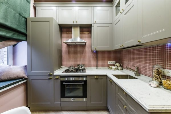 В тесной кухне 5 кв. м выгоднее будет задействовать все пространство до потолка