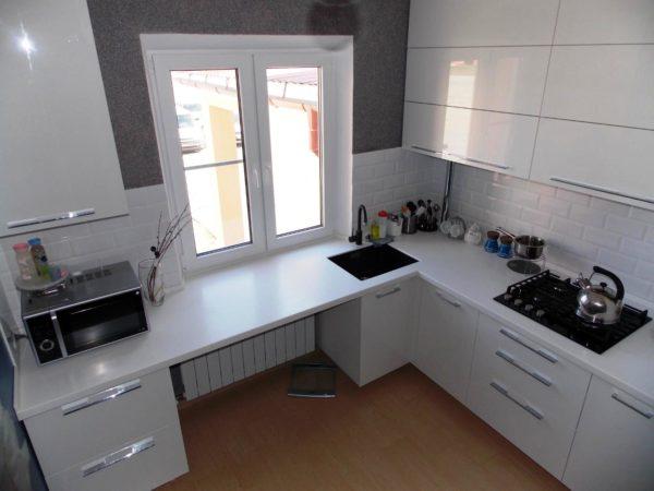 2 В тесной кухне 5 кв. м выгоднее будет задействовать все пространство до потолка