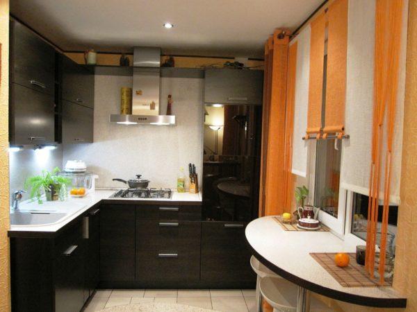 На этом фото удобный и красивый дизайн кухни 5 м кв. с компактным размещением техники и мебели