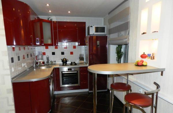 Еще можно увеличить кухонное пространство, если убрать дверь или совместить кухню и гостиную