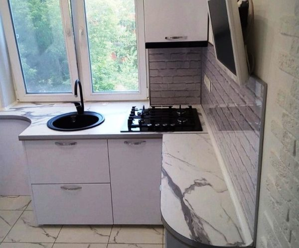 На этом фото очень удачное расположение мойки и варочной поверхности на тесной кухне 5 кв. м