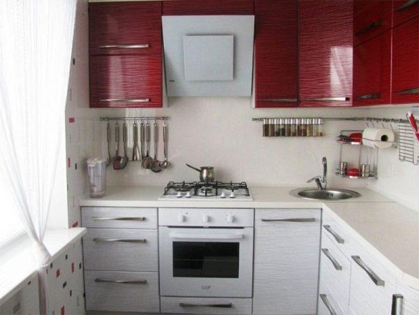Дизайн кухни площадью 5 кв. м с мойкой, размещенной в углу
