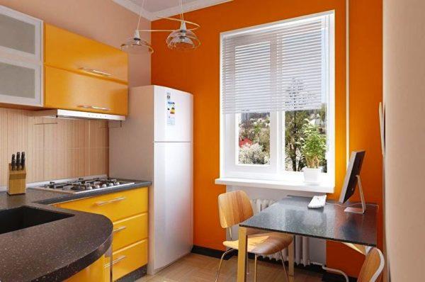 Использование жалюзи в красивом дизайне небольшой кухни