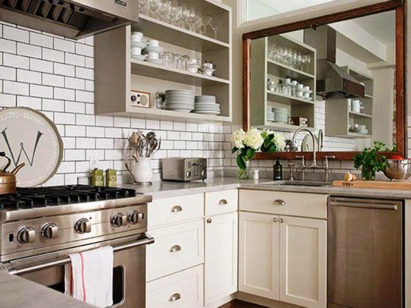Фото еще одного варианта использования зеркала в дизайне малогабаритной кухни