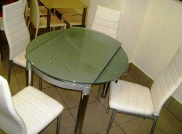 Стеклянный круглый стол смотрится невесомым даже в маленькой кухне