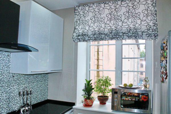 Небольшое помещение лучше оформить рулонными или римскими шторами