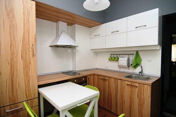 Раскладной стол - отличный вариант для дизайна тесной кухни