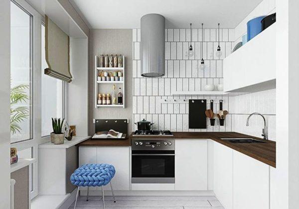 Белый цвет интерьера маленькой кухни хорошо разбавит столешница в коричневом цвете