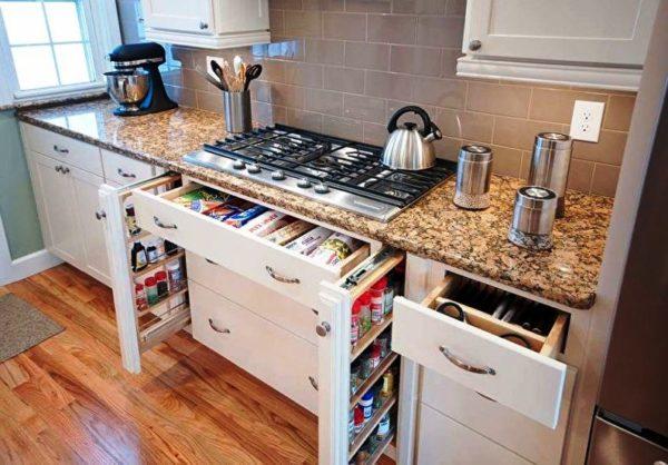 В выдвижных компактных ящиках можно разместить много кухонных принадлежностей