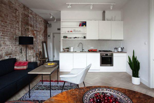 На этом фото показано, как за счет объединения маленькой кухни и комнаты, помещение выглядит светлее и просторнее