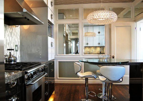 Фото примера размещения люстры в кухне с малой площадью