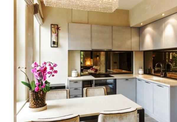 Зеркальный фартук - современное дизайнерское решение в интерьере маленькой кухни