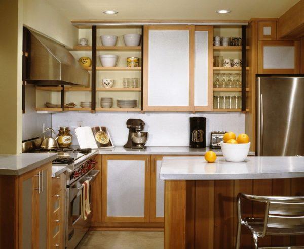 Раздвижные дверцы кухонного гарнитура - очень удобное приспособление