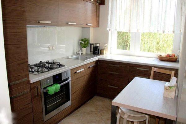 В кухне с малой площадью уместными будут легкие занавески