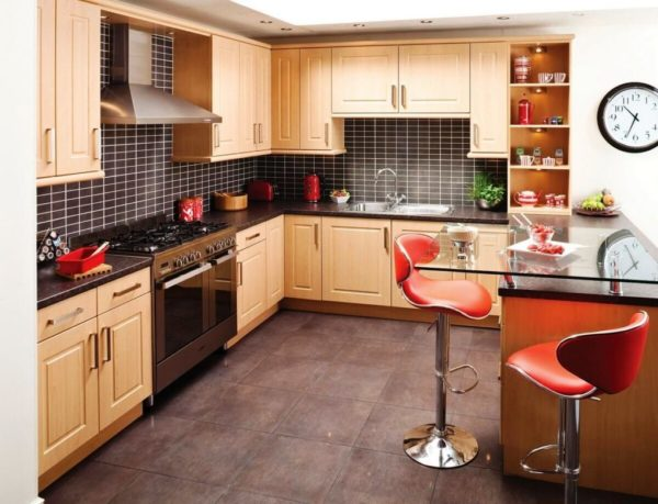 Барная стойка - современный и очень удобный элемент в современном дизайне кухни с малой площадью