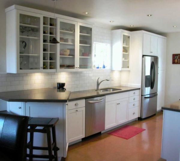 Современный стильный дизайн интерьера небольшой кухни с прозрачным кухонным гарнитуром