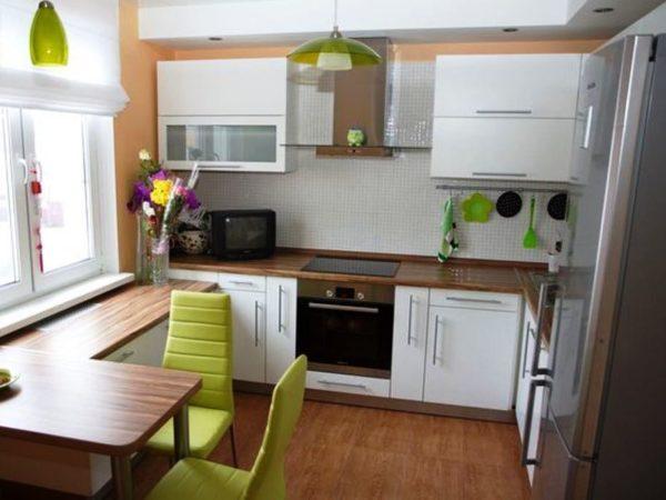 Кухонный гарнитур, сделанный по индивидуальному проекту позволит максимально использовать маленькое помещение