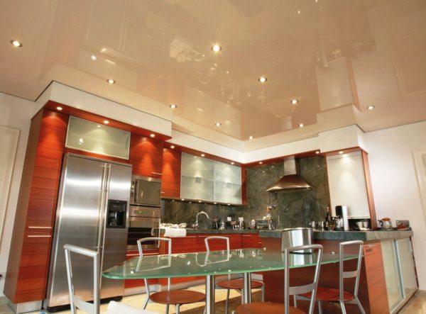Блестящая поверхность материала сделает потолок визуально выше