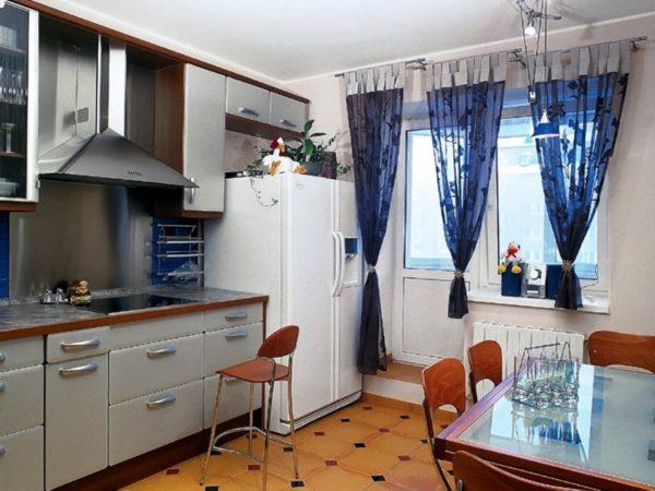 Именно на кухне собирается вся семья, встречаются с друзьями, занимаются, работают и даже мечтают, поэтому дизайн даже маленькой, площадью всего в 7 метров квадратных, должен быть правильно продуман