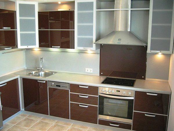 Для интерьера малогабаритной кухни 7 кв. м лучше подойдет встроенная техника
