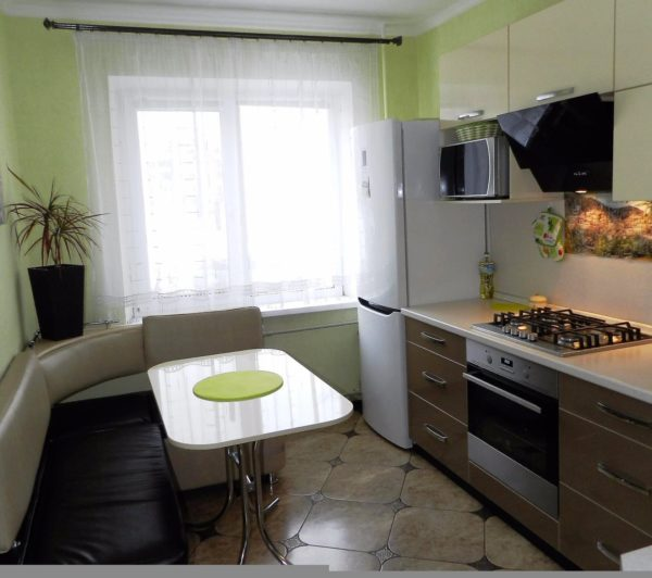 На этом фото удачное сочетание отделки стен, пола и потолка в дизайне кухни 7 кв. м