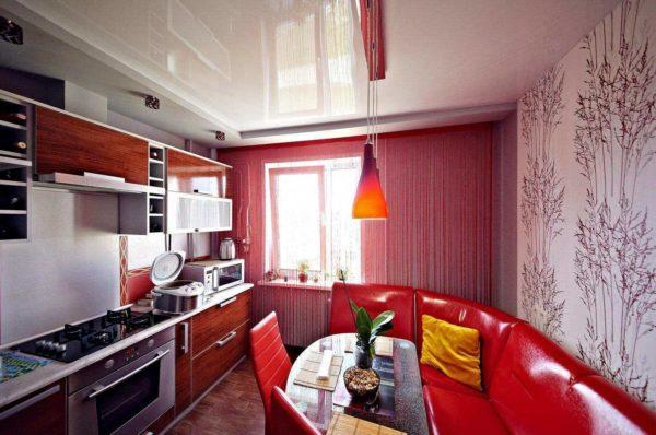 На фото - навесной потолок гармонично вписывается в дизайн 7 метровой кухни